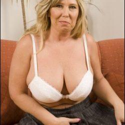 Hier gibt es jede Menge reife Fotos und Clips mit schöne reife Frauen und nette Girls über 40 wie alte Weiber mit großen Titten 50 für echte Maturesex Freunde.