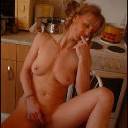 Alte Frauen nackt bei der Hausarbeit
