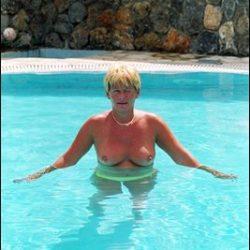 Frauen zeigen private FKK nackt Urlaubsfotos